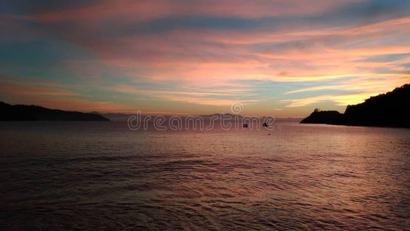 Alba con i colori speciali in Paraty, Brasile fotografie stock