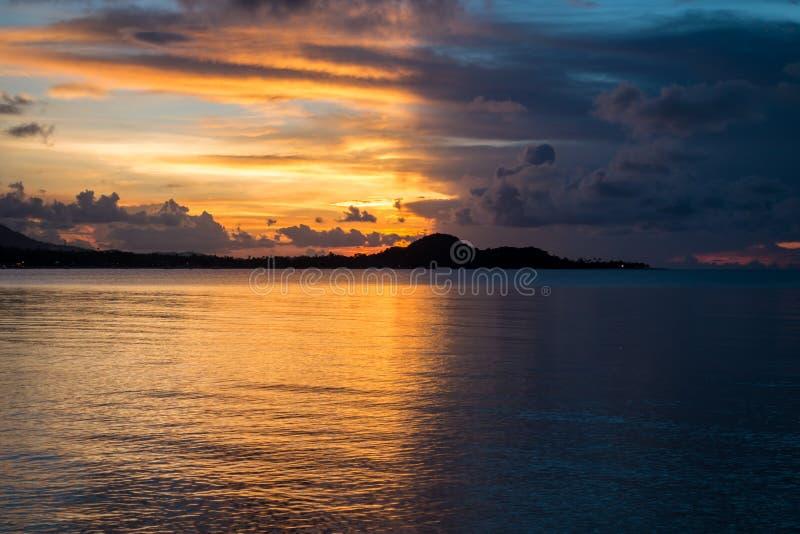 Alba con il lato positivo con il lato oscuro all'isola di Samui immagine stock libera da diritti