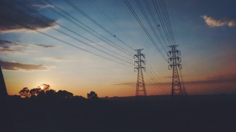 Alba con la torre di energia fotografia stock