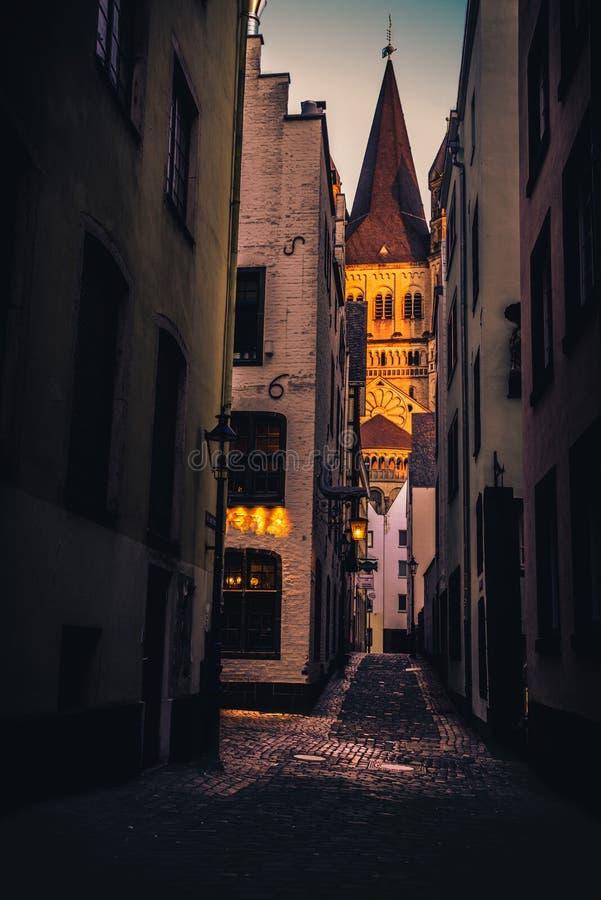 Alba con luce beatuiful nel centro storico di Colonia fotografie stock libere da diritti