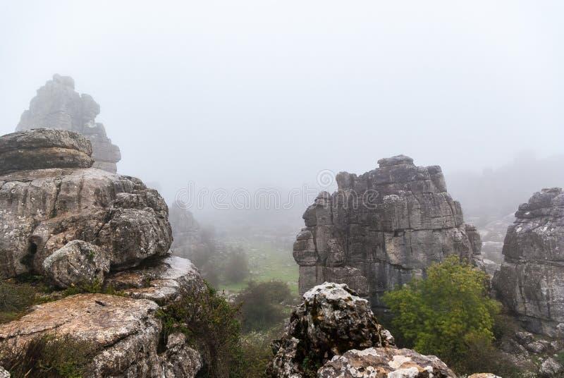 Alba con nebbia in EL Torcal de Antequera, Malaga, Spagna fotografia stock