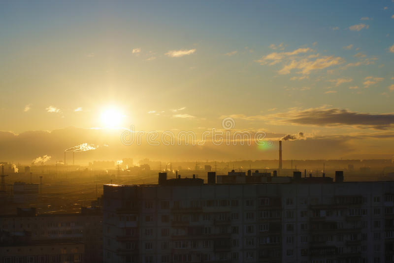 Alba con una zona residenziale della città, un'ora dorata, sole sommerso tutt'intorno immagini stock libere da diritti