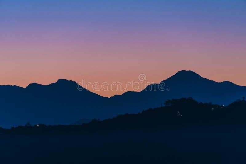 Alba contro la cresta della montagna immagine stock libera da diritti