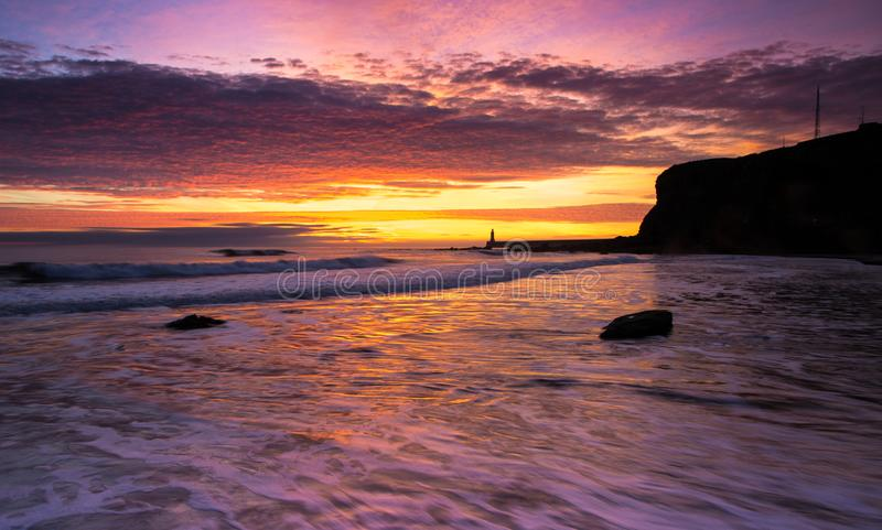 Alba da Bay di re Edward in Tynemouth, Inghilterra immagini stock libere da diritti