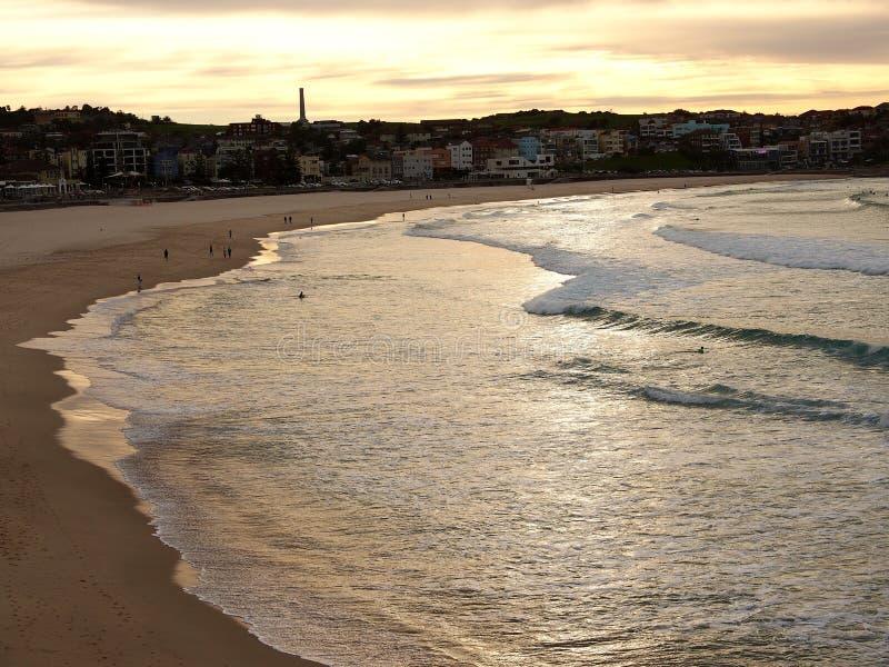 Alba de oro sobre el océano tranquilo foto de archivo libre de regalías