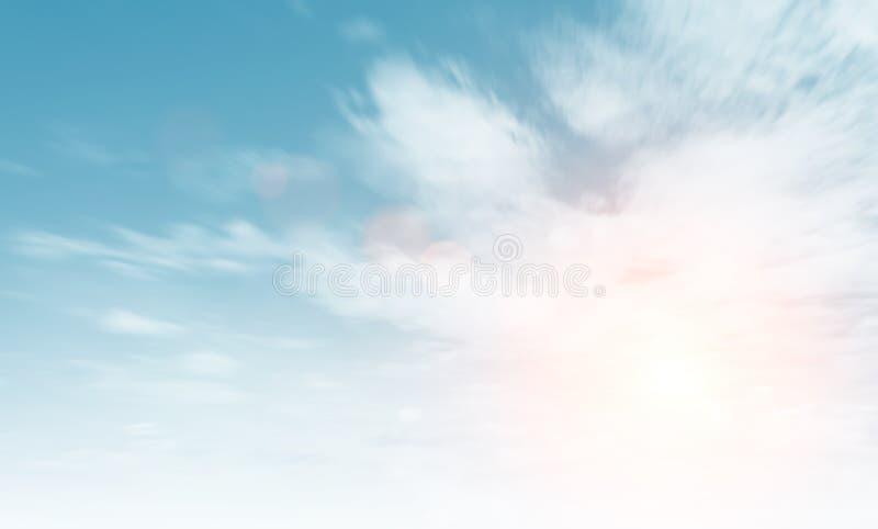 Alba del cielo della nuvola durante il fondo di mattina Cielo pastello blu, luce solare del chiarore dell'obiettivo flou Ciano gr fotografia stock libera da diritti