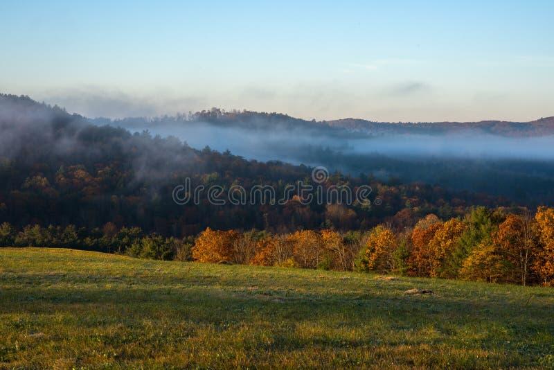 Alba del fogliame di caduta con la nebbia della valle in Claremont, New Hampshire immagine stock libera da diritti