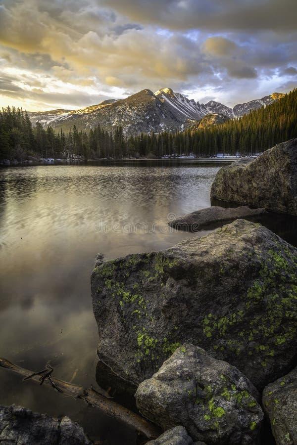 Alba del lago bear in Rocky Mountains immagine stock libera da diritti