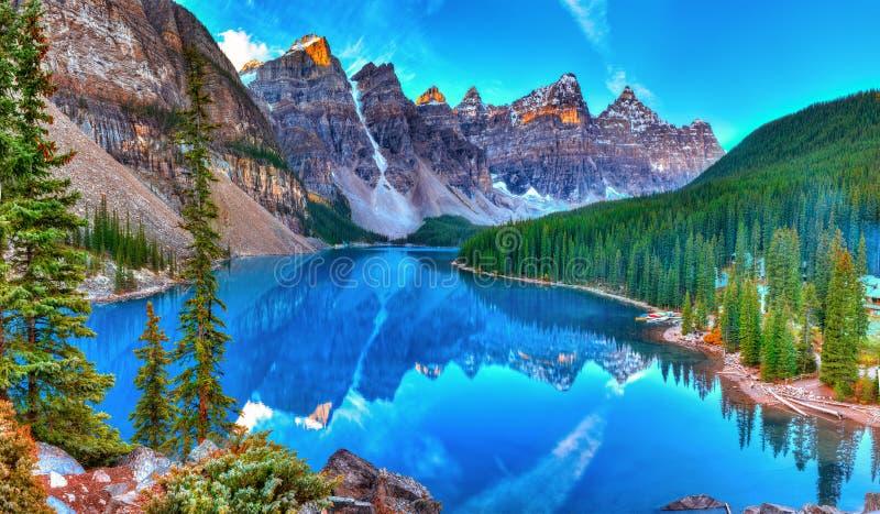 Alba del lago moraine immagini stock