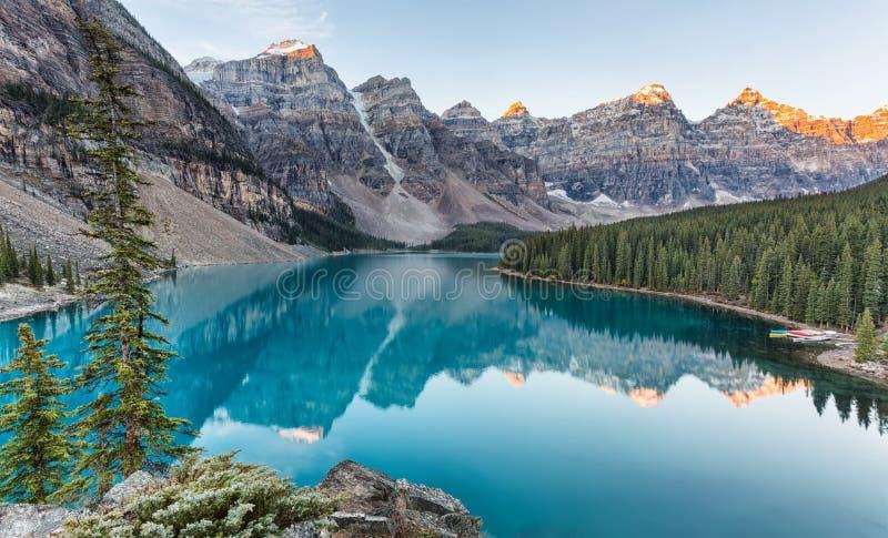 Alba del lago moraine nel parco nazionale di Banff immagine stock