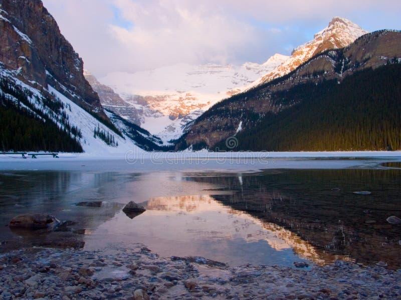 Alba del Lake Louise immagini stock libere da diritti