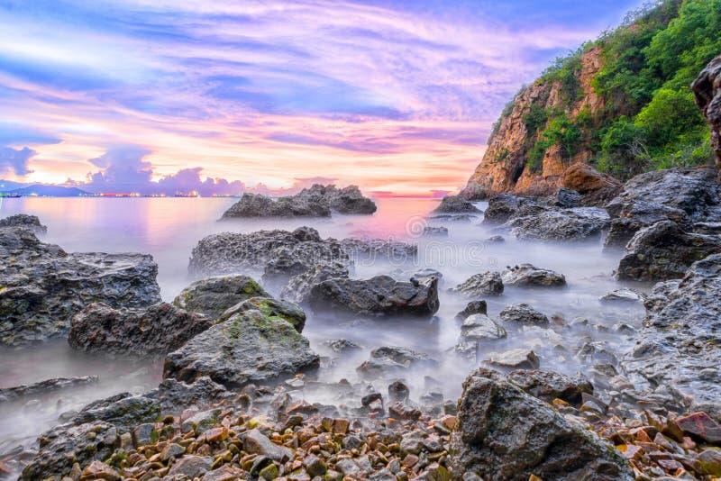 Alba del mare con la pietra della montagna immagini stock