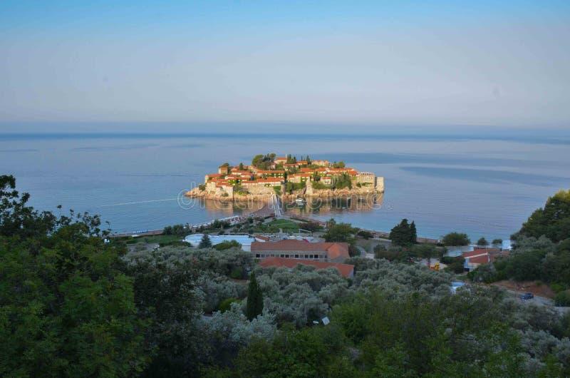 Alba del Montenegro della località di soggiorno di Sveti Stefan/Santo Stefano immagini stock