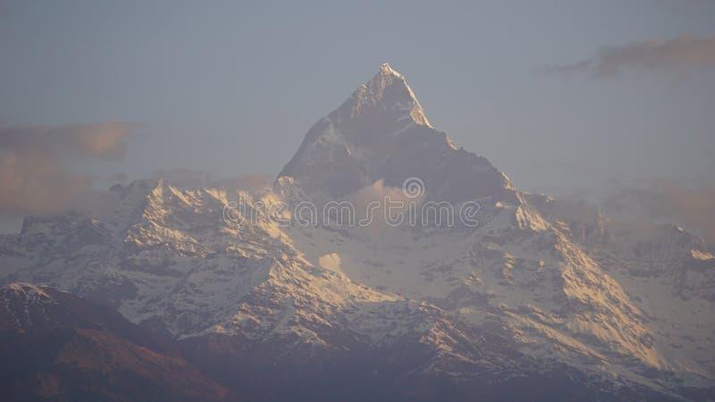 Alba del paesaggio alla montagna di Machapuchare, Nepal fotografia stock libera da diritti