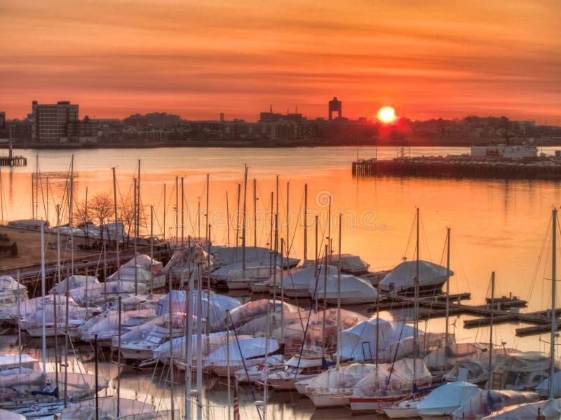 Alba del porto di Boston con le barche fotografie stock