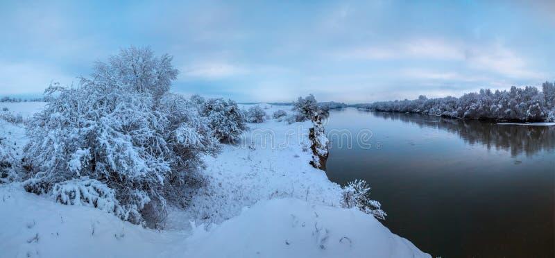 Alba del ` s del nuovo anno di inverno con neve lanuginosa fotografie stock libere da diritti
