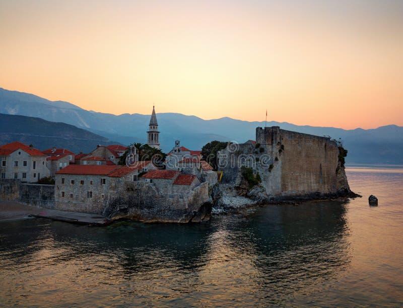 Alba del villaggio della costa del Montenegro immagini stock libere da diritti