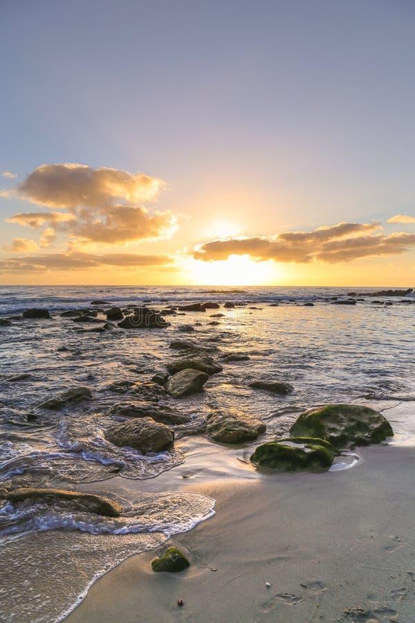 Alba dell'oceano della spiaggia di Bronte fotografia stock