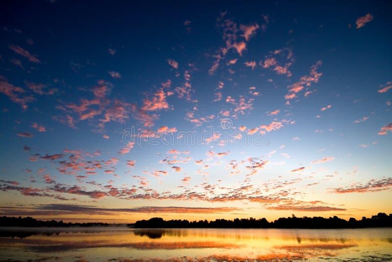 Alba dell'oro sopra il lago immagini stock