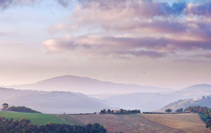 Alba della montagna con la fattoria fotografie stock