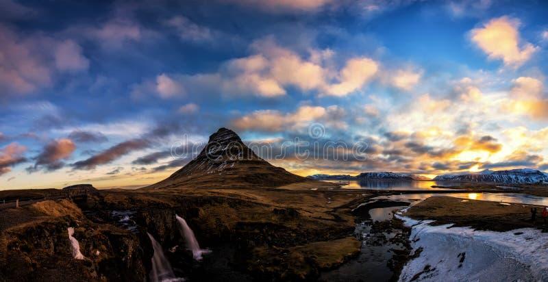 Alba della primavera sopra la cascata famosa di Kirkjufellsfoss con Ki fotografia stock libera da diritti