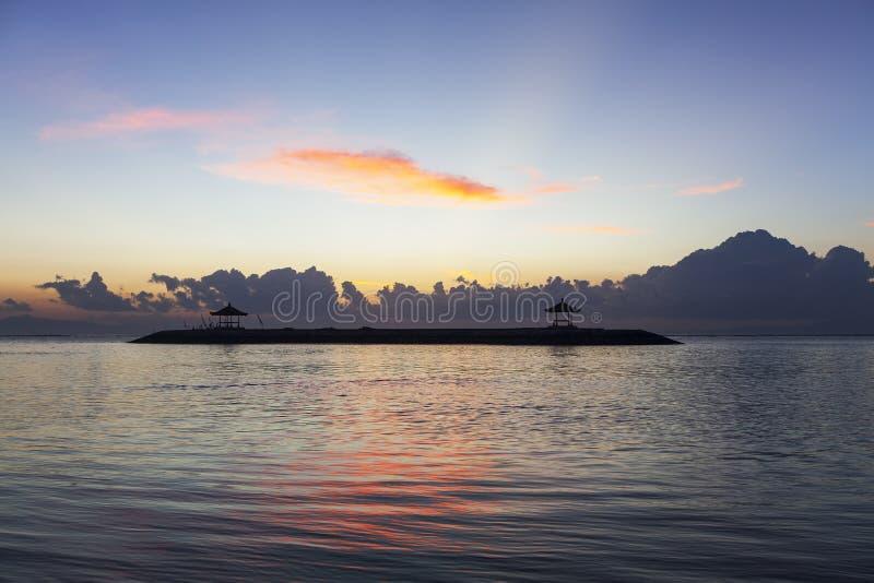 Alba della spiaggia di Sanur, Bali immagine stock libera da diritti