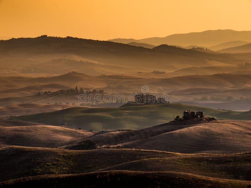Alba della Toscana sopra le aziende agricole nelle colline fotografie stock libere da diritti
