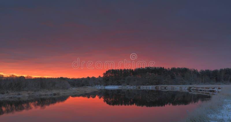 Alba di autunno sopra il lago fotografia stock libera da diritti