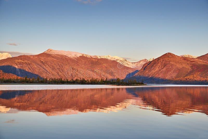 Alba di autunno sul lago della montagna Montagne in neve kolyma fotografie stock