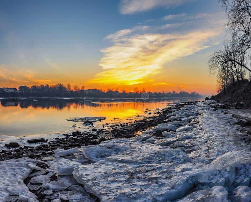Alba di Frosty March sulle banche del fiume di Neva a St Petersburg fotografia stock libera da diritti
