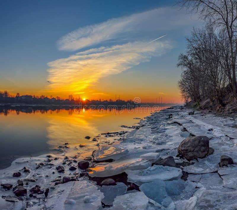 Alba di Frosty March sulle banche del fiume di Neva a St Petersburg fotografie stock