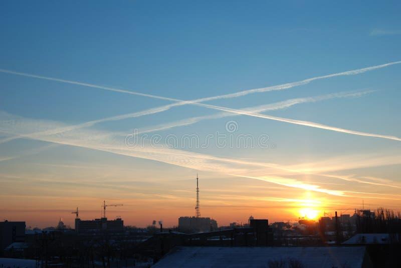 Alba di inverno sopra la città nevosa fotografie stock libere da diritti