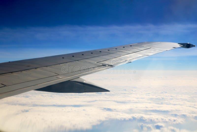 Alba di mattina con l'ala di un aeroplano Foto applicata agli operatori di turismo l'immagine per aggiunge il sito Web della stru immagine stock