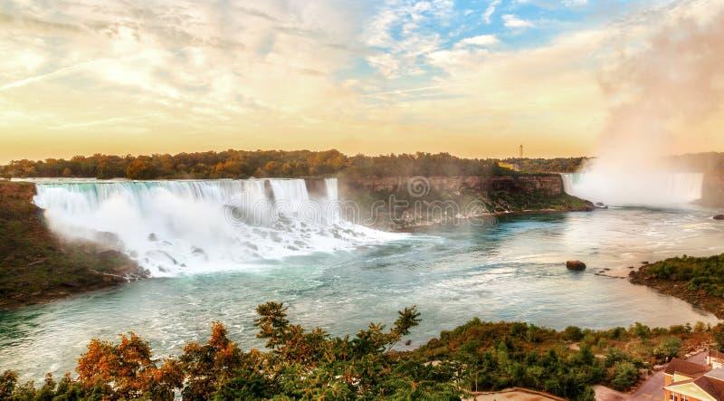 Alba di panorama sopra il cascate del Niagara al confine del Canada e degli Stati Uniti fotografia stock