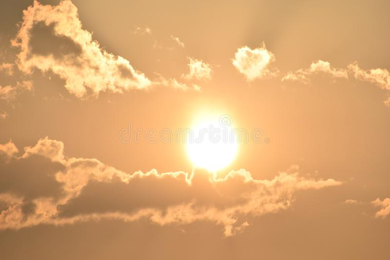 Alba di primo mattino con le nuvole immagini stock