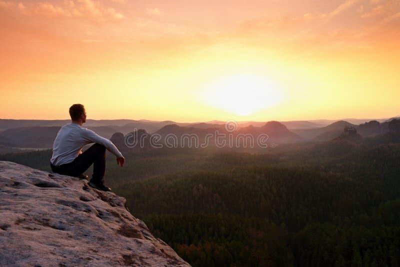 Alba di sorveglianza del turista sopra la valle collinosa nebbiosa immagine stock