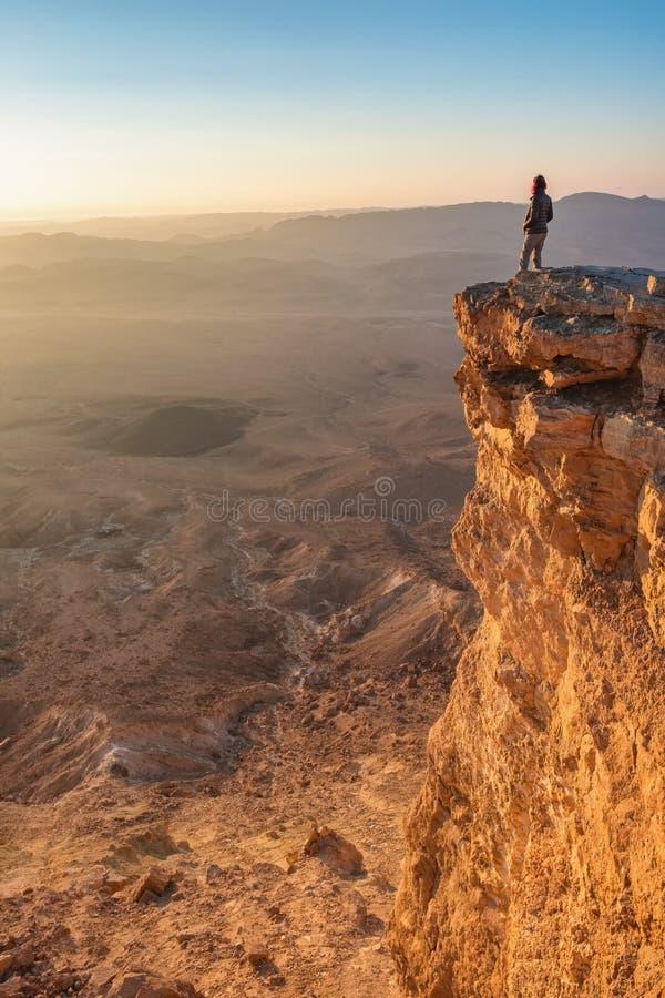 Alba di sorveglianza nel deserto di Negev Makhtesh Ramon Crater in Israele immagini stock
