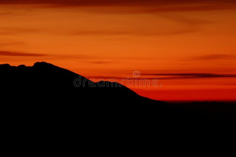 Alba dietro la montagna immagini stock libere da diritti