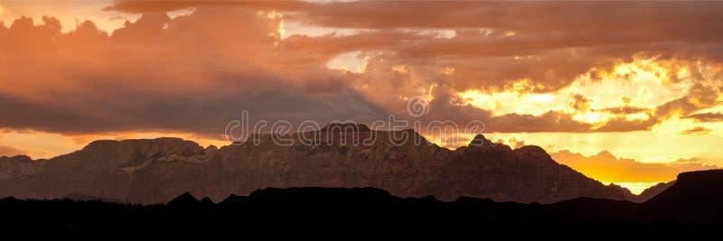 Alba dietro la montagna ad ovest del tempio nel parco di Zion National con le colline profilate nella priorità alta immagine stock libera da diritti