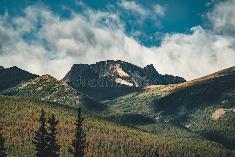 Alba dorata sopra la montagna della piramide nel lago pyramid in Jasper National Park, Alberta, Canada fotografia stock