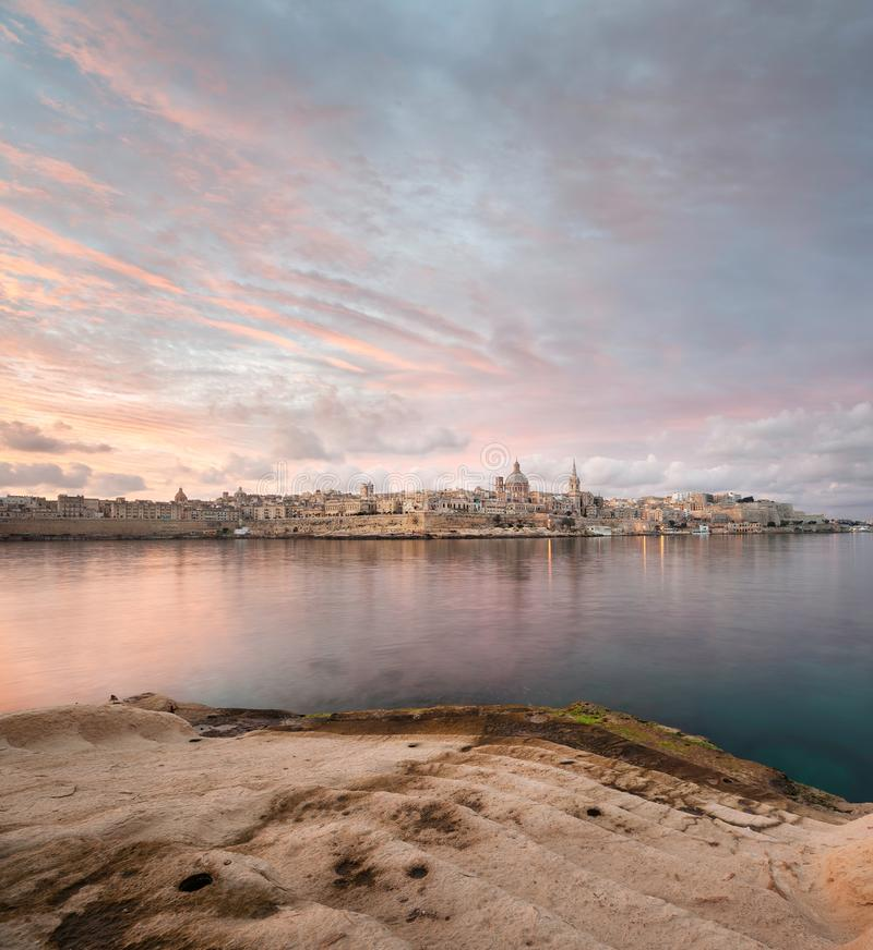 Alba drammatica sopra La Valletta fotografia stock libera da diritti