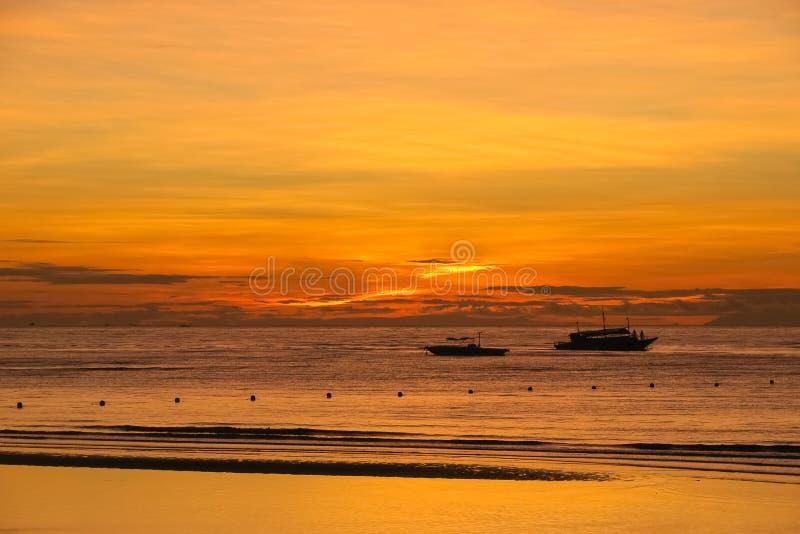 Alba e crogioli di spiaggia di Dumaluan sull'orizzonte - Panglao, Bohol fotografia stock libera da diritti