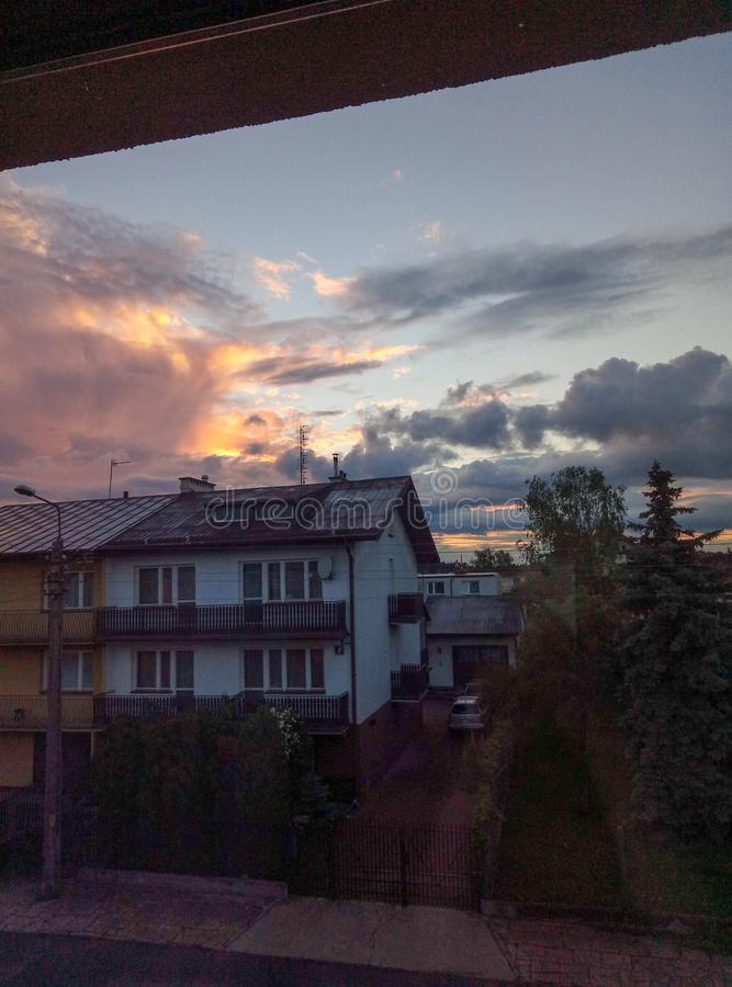 Alba e nuvole in cittadina immagine stock libera da diritti