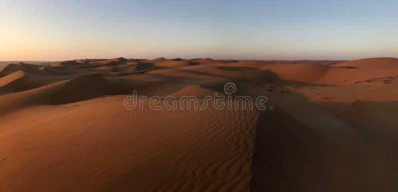 Alba ed ombre sulle dune di sabbia rosse di Sharqiya dell'Oman fotografia stock