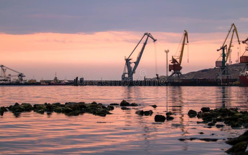 Alba en el puerto marítimo imagenes de archivo