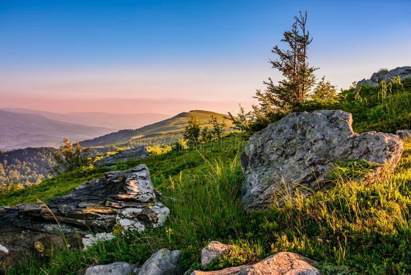 Alba epica nella cresta dell'alta montagna fotografia stock libera da diritti