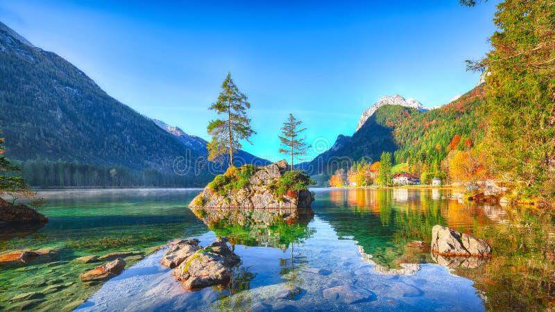 Alba fantastica di autunno del lago Hintersee La cartolina classica rivaleggia immagini stock