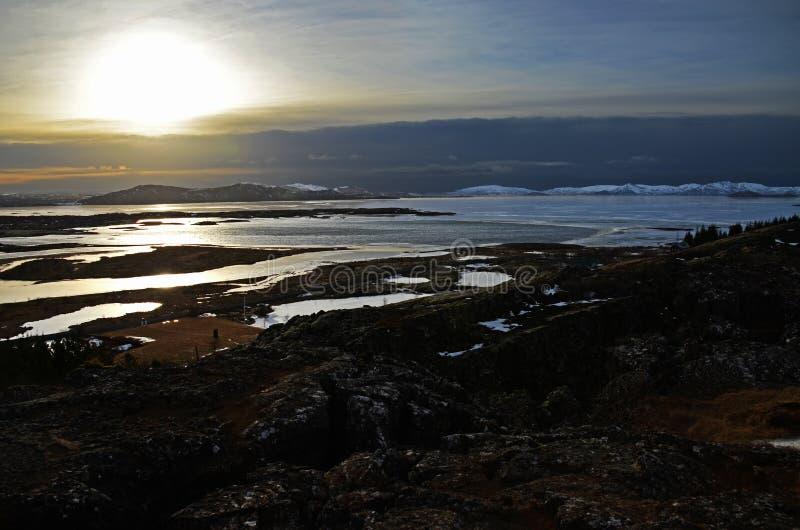 Alba favolosa di inverno in Islanda Alba contro lo sfondo di montagnoso fotografie stock libere da diritti