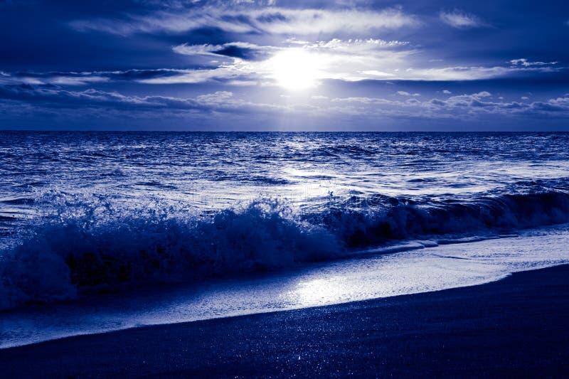 Alba fredda sopra l'oceano. Litorale atlantico fotografia stock libera da diritti