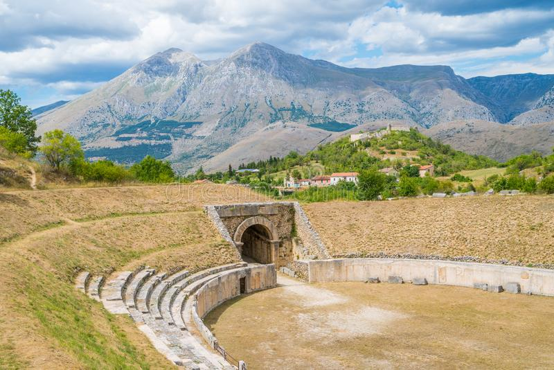 Alba Fucens, antyczny italika miasteczko przy stopą Monte Velino blisko Avezzano, Abruzzo, środkowy Włochy zdjęcia stock